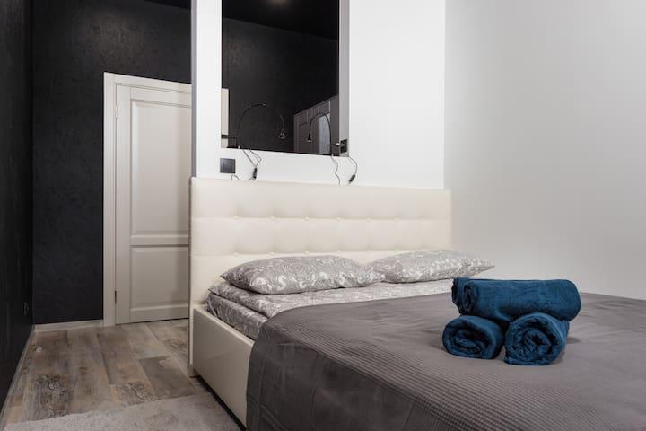 Спальня. Свежее постельное белье и комплекты полотенец для каждого гостя.