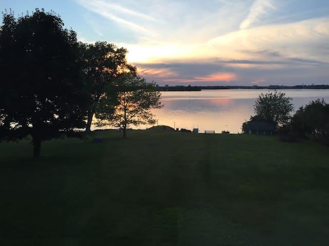 Prince Edward County Lakehouse - Belleville - Huis