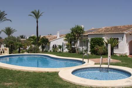 una casa de 2 dormitorios con piscina comunitaria - Alicante - House