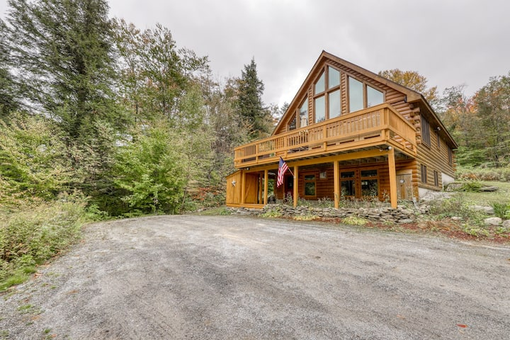 Spacious wooden home w/table tennis, balcony, awesome views & furnished deck!