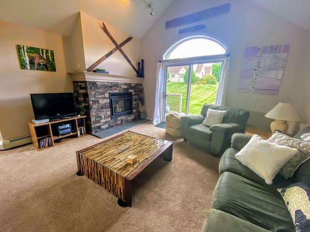 FV21: Warm Fairway Village Townhome, mountain views and large lawn. Attractions. PROFESSIONALLY CLEANED!