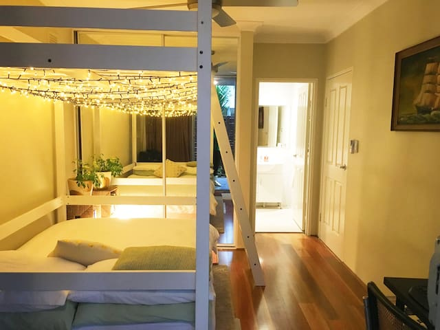 Cosy private room in sunny Marrickville townhouse - Marrickville - Townhouse