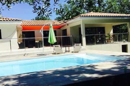 Villa contemporaine avec piscine, près d'Uzès - Monteils - Rumah