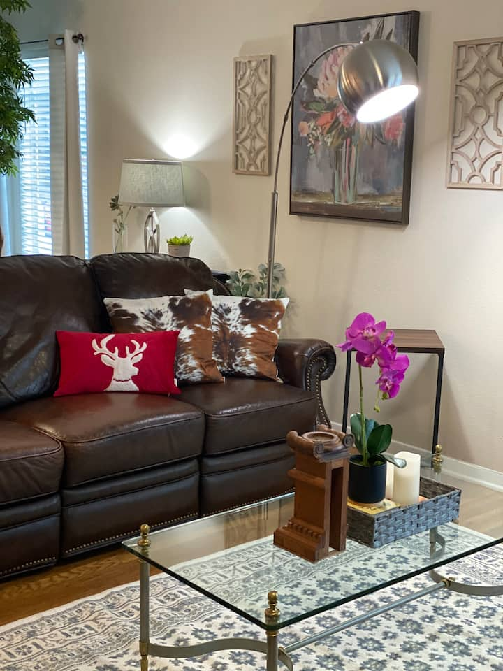 NEW!! Charming and CONVENIENT. Minutes from shops!
