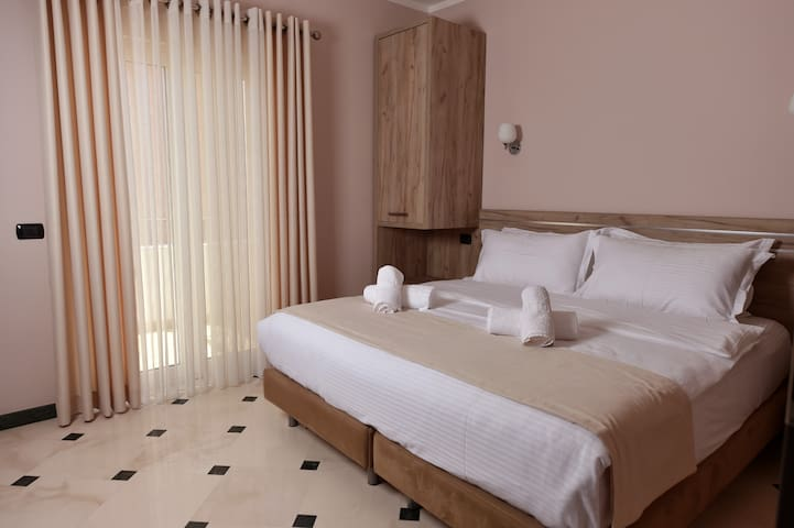 Double room with balcony - Tiranë - Hotel boutique