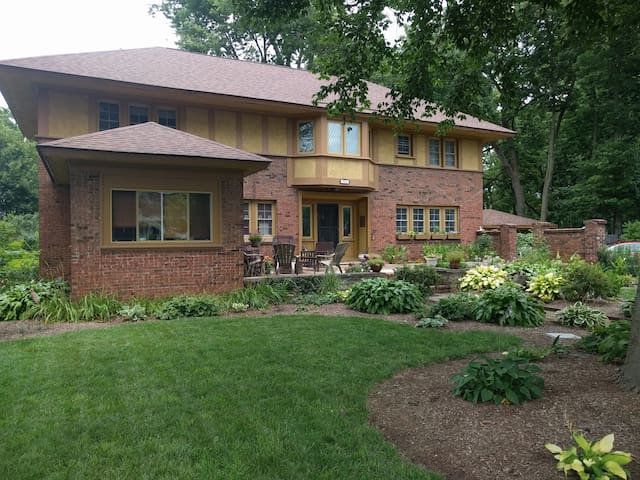Daylight Garden Suite Near Downtown Indy!