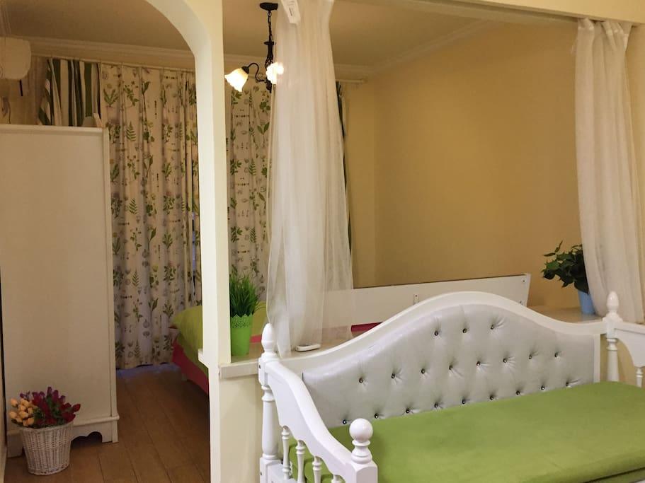 白色经典沙发床