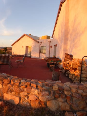 Hilltop artistan strawbale hacienda - Nogales - Huis