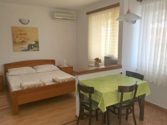 Studio Apartment Butković (Povile)