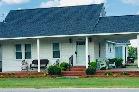 Quaint Farmhouse; 3 miles off I-95 Wilson County