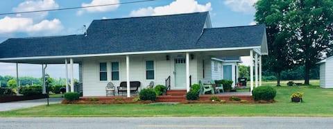 Quaint Farmhouse; 3 miles off I-95 Wilson County