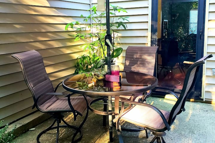 The Cozy Spot in the City w/Pool - 2 Bed 2.5 Bath