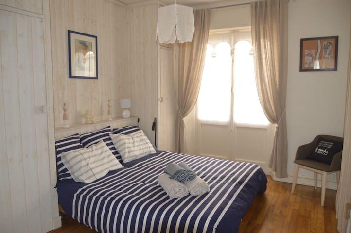 2 penderies de chaque côté du lit