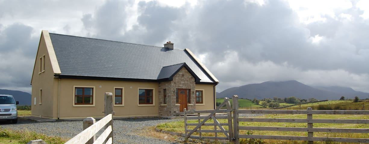 McDonnells Holiday Home (sleeps 11) - Liscarney - Hus