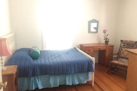 Great get-away in  Greenwich, 2 blocks from train! - Greenwich