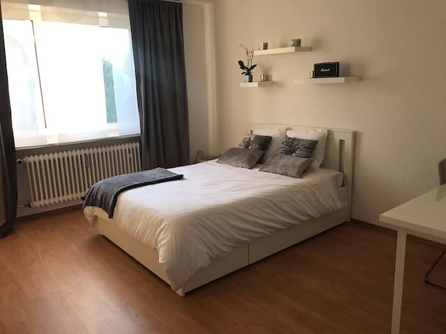 Spacious room near Olympiapark available in Feb.
