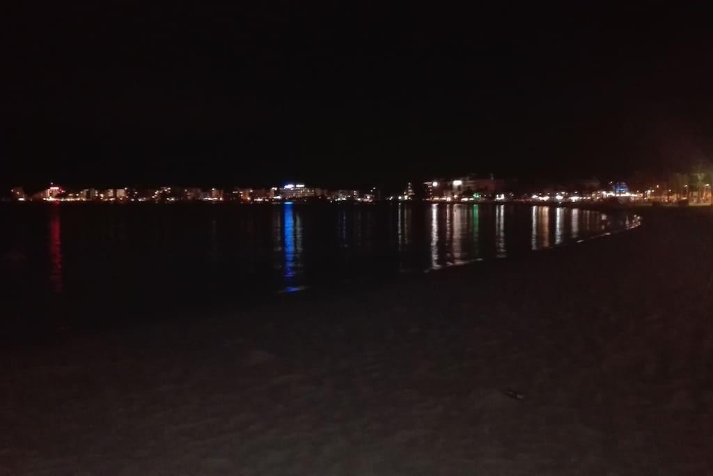 Vistas de la Bahía de Roses de noche
