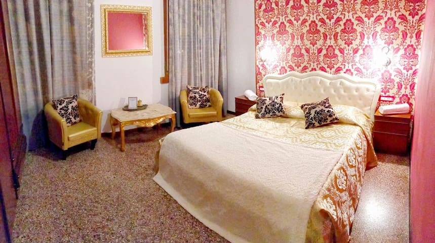 Venetian style room RED near train station