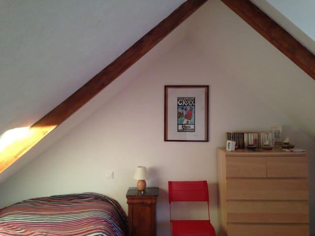 La chambre à l'étage, lit double.