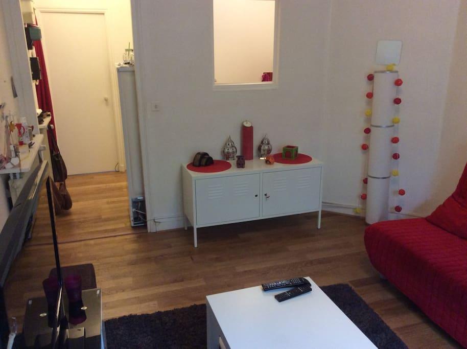 le salon donnant sur le couloir vers l'entrée