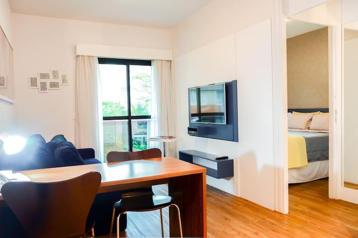 Vista geral da sala de estar, da mesa de trabalho e do quarto. Living room overview, work desk and bedroom.
