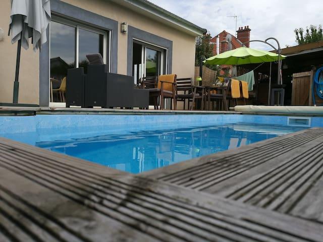 Maison familiale avec piscine chauffée.