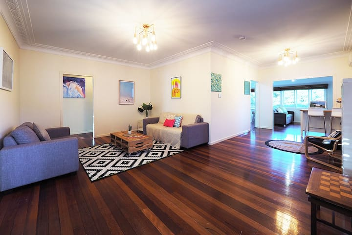 Family Home-Bright Queenslander, 5 bdrm, Sleeps 12