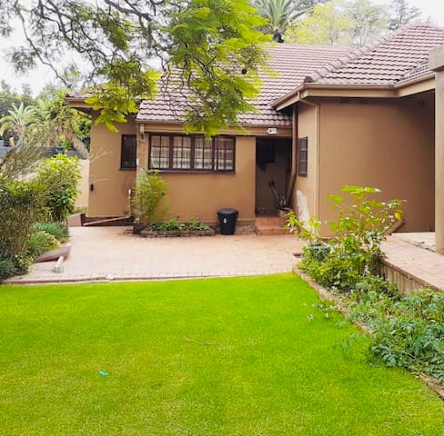 Green surburbs in midcity Rosebank, Pool,wifi