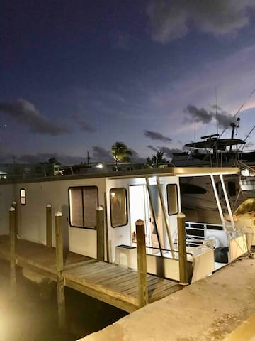 Houseboat in a large basin in Islamorada one bedrm
