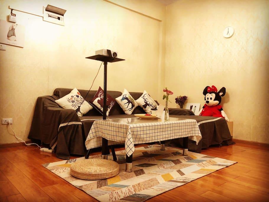 客厅宽敞整洁