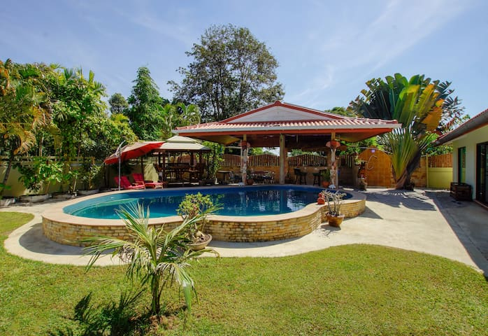Guest house with private pool - 5min to the beach