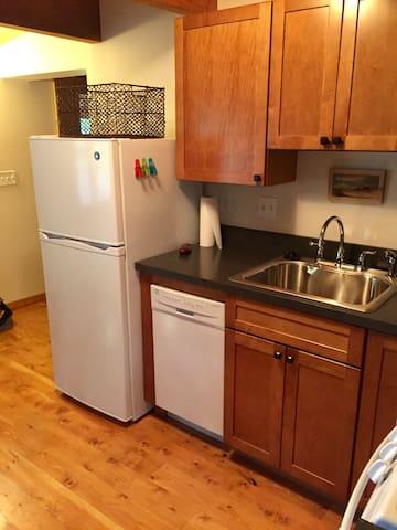 Kitchen w/ice maker & dishwasher