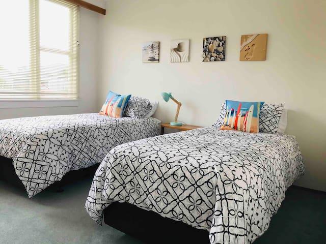 Bedroom 3 - 2 singles
