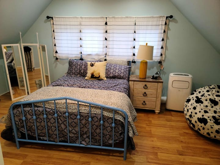 Private bedroom w.private bathroom in a nice home