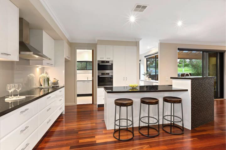 Spacious modern Templestowe Lower house for 6!