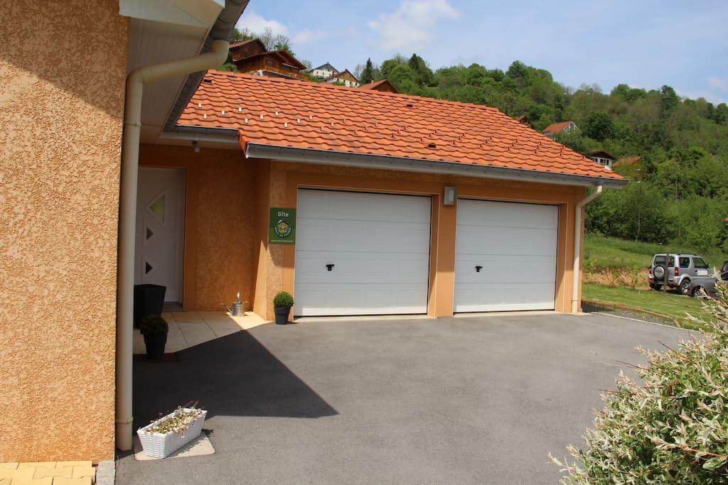 2 garages avec portes motorisées et accès direct à l'intérieur pour vélos motos ,remorque, skis..