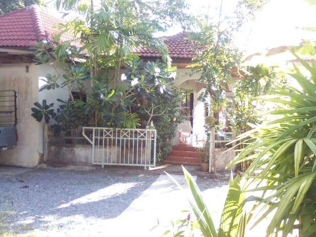 2 bedroom house with pool for rent short/long