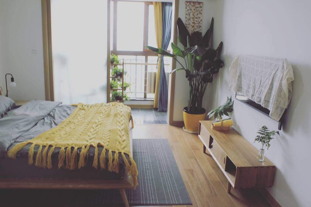 Muji风原木家具衬底,灰色棉麻床品配搭清丽的黄色~带给你十足的活力