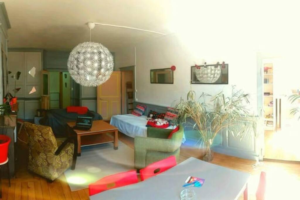 Salon lumineux et chaleureux avec vie sur la place principale d Arbois.