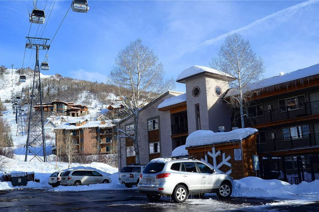 Super easy parking.... easy access to the condo, easy access to the slopes (the ski locker is in front of that white SUV!)