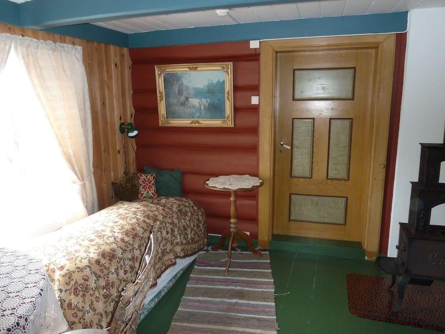 Soverom 1 inneholder to enkeltsenger. (1 av sengeplassene kan deles opp til dobbel flatseng)