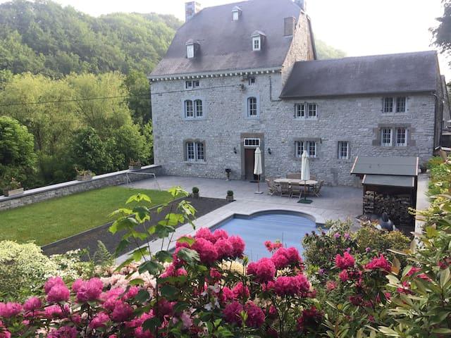 Maison de charme du 18ième avec jardin et piscine