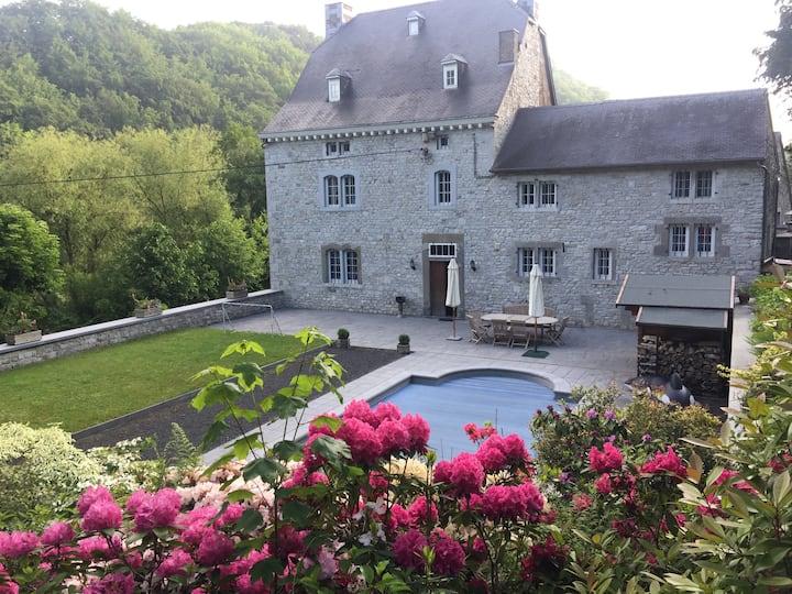 Maison familiale de charme avec jardin et piscine