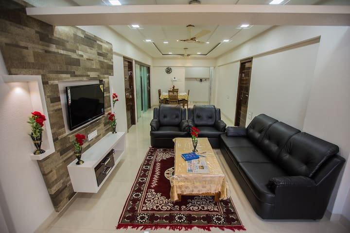 Private Room in Spacious Apartment Near Airport