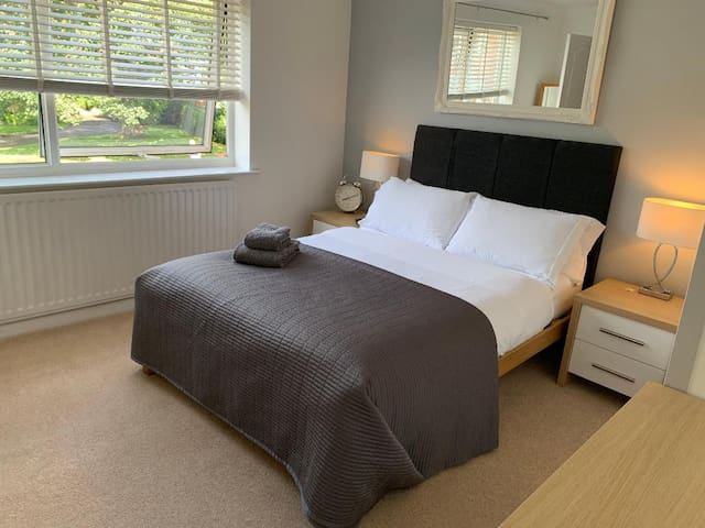 Beautiful Central Double En-suite + Free Parking