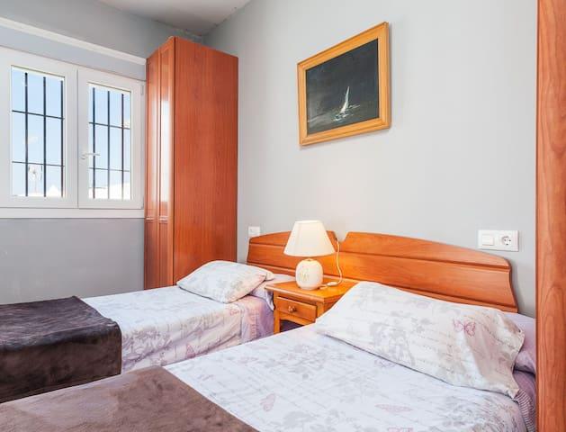 El dormitorio con las dos camas individuales...