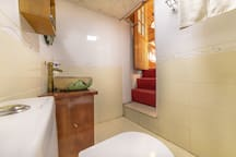 丽江古城+中国风古典1.8米大床房+两面窗阳光空调房①免费旅游攻略.免古维+点击头像查看全部房源。
