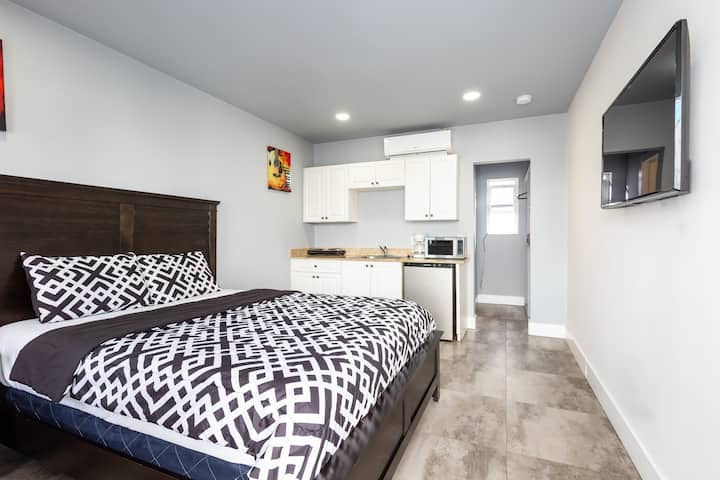 6) Fully Remodeled Studio On Hollywood Beach