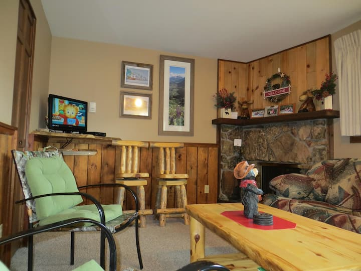 2 Bedroom with Mountain Views, Indoor Pool, and Hot Tub with Bonus Game Room!