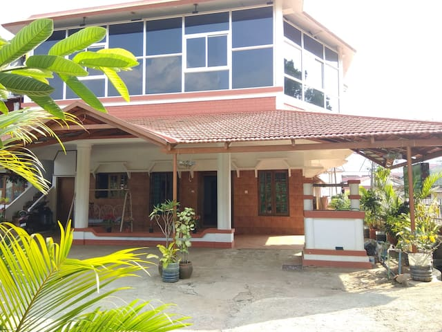 SUMMER GREEN 8 ADULTS FAMILY  HOMESTAY